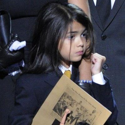 http://thebsreport.files.wordpress.com/2009/08/blanket-jackson-pics-photos-memorial-funeral.jpg